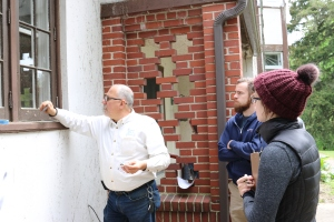 Ron Koenig of Building Arts Conservation discusses paint sampling with the EMU students.